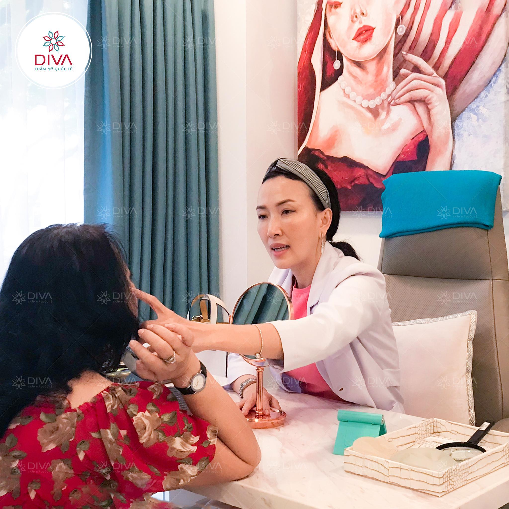 Bác sĩ của DIVA trực tiếp thăm khám, tư vấn cấy mỡ mặt