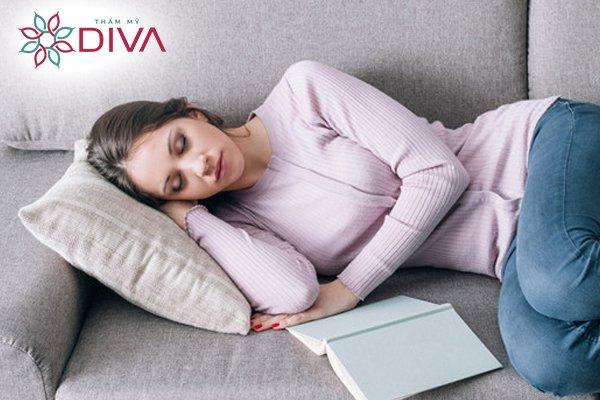 Ngủ chập chờn không ngon giấc, thiếu ngủ, stress, v.v… có thể là nguyên nhân gây ra bọng mắt to
