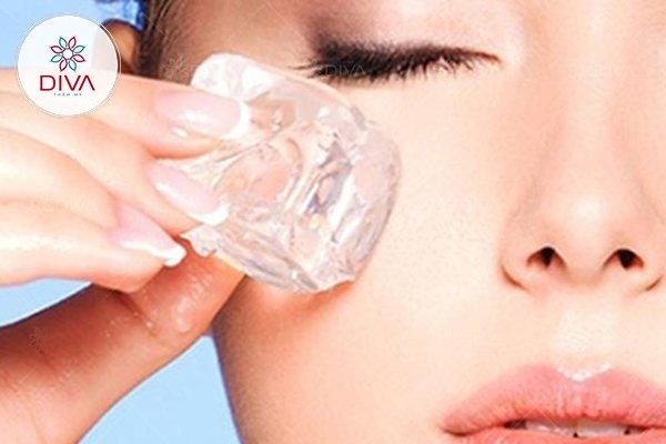 Chườm đá lạnh cũng là một cách đơn giản giúp làm giảm bọng mắt to