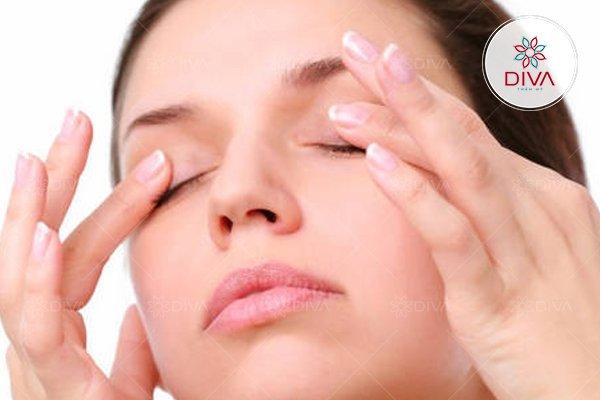 Thường xuyên massage mắt cũng là một cách giúp cải thiện tình trạng lật mí